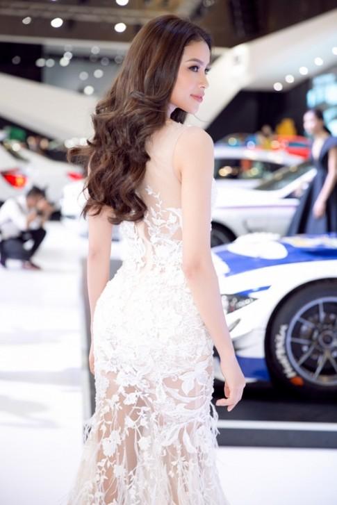 Phạm Hương khoe ba vòng sexy với váy xuyên thấu dự sự kiện