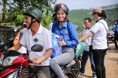 Phạm Hương mặc áo xanh tình nguyện, mang nụ cười ấm áp đến miền Trung