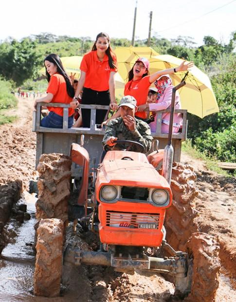 Phạm Hương, Nam Em giản dị cưỡi máy cày giữa trưa nắng đi từ thiện