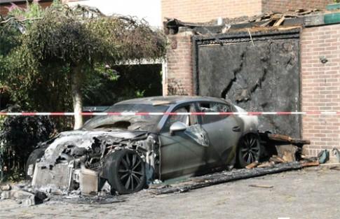 Porsche Panamera cháy rụi trước cửa garaga