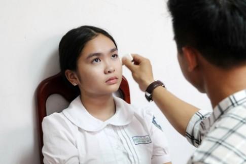 Quán quân The Voice Kids Thiện Nhân tất bật chạy show, mặc đồng phục khi make up