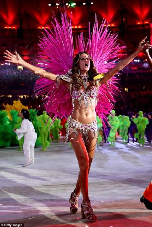 Siêu mẫu Brazil đẹp như nữ thần ở bế mạc Olympic Rio