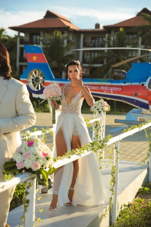 Siêu mẫu Hà Anh dùng trực thăng đến đám cưới