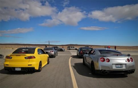 Siêu xe độ đua trên đường băng