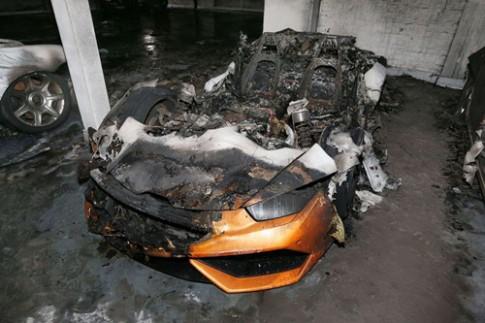 Siêu xe Lamborghini cháy thành tro ở tầng hầm