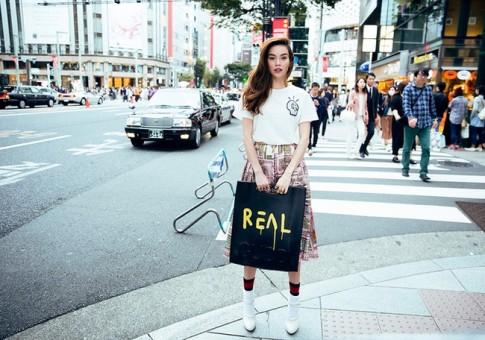 """Sợ bị nghi dùng hàng nhái, Hà Hồ in hẳn chữ """"Real"""" lên túi xách"""