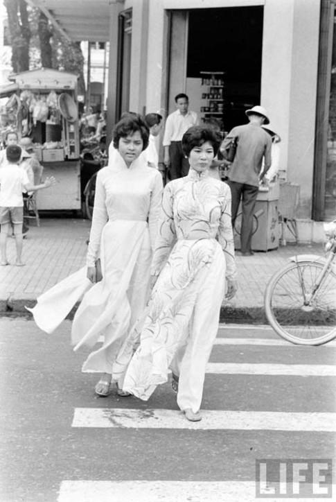 """""""Tà áo em bay bay..."""" trên phố Sài Gòn"""