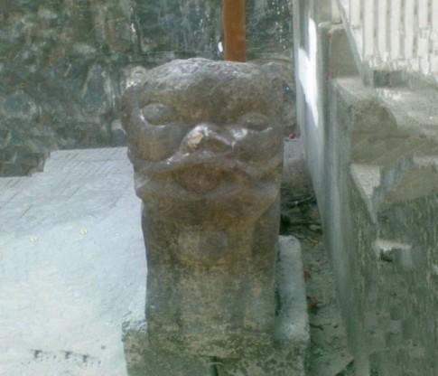 Té ngửa với những bức tượng sư tử đá lỗi không tưởng
