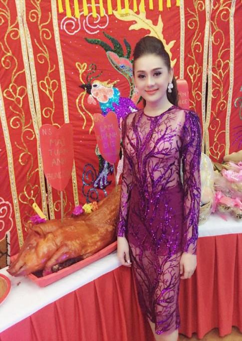 Thời trang sao Việt xấu tuần qua: Lâm Chi Khanh bị chỉ trích vì mặc xuyên thấu đi giỗ Tổ nghề