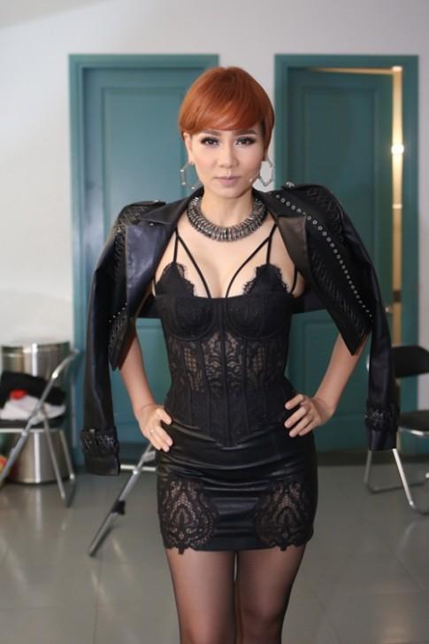 Thu Minh để tóc tém, diện váy khoe nội y trên sóng truyền hình
