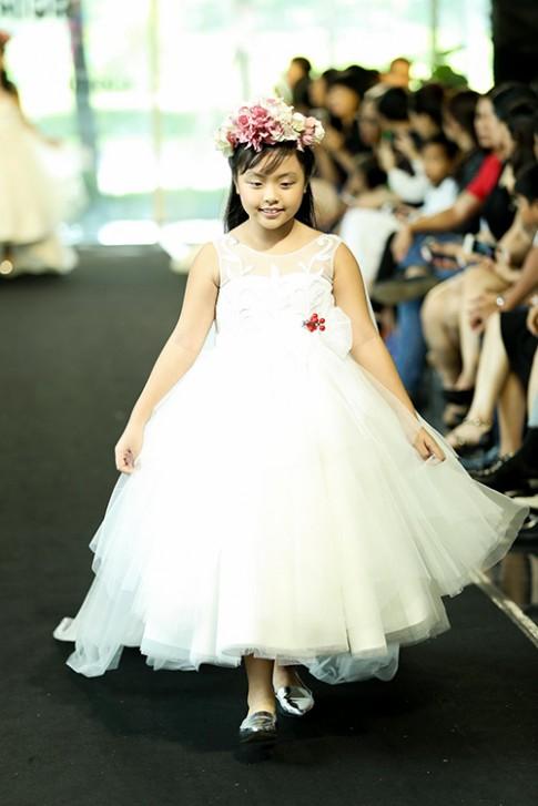 Thúy Hạnh và hai con gái Suli, Suti trình diễn váy cô dâu
