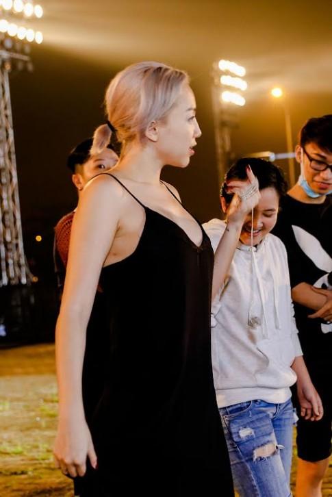 Tóc Tiên mặc đồ ngủ, Hoàng Thuỳ diện mốt giấu quần tập chương trình