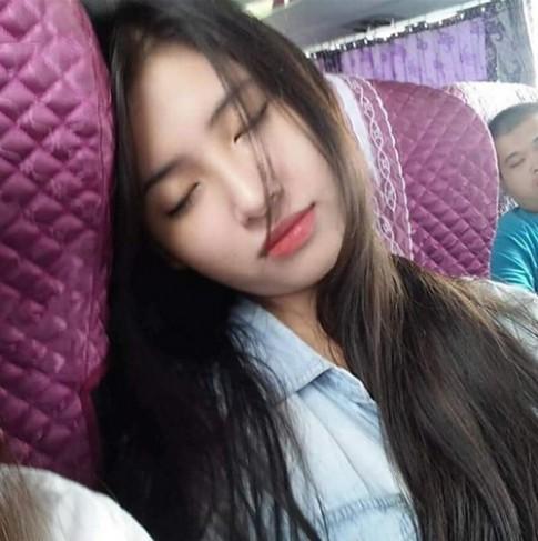 Truy tìm cô gái ngủ gục trên xe bus vừa xinh vừa giỏi