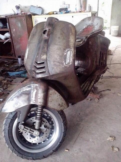 Vespa 946 gò từ tôn ở Sài Gòn