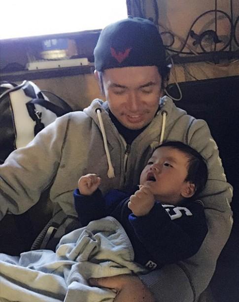 Vợ chồng Ngọc Quyên hạnh phúc bên con trai 9 tháng tuổi