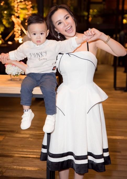 Vy Oanh dẫn quý tử đi chúc mừng sinh nhật con gái Trương Ngọc Ánh