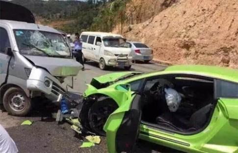 Xe tải đâm nát đầu Lamborghini