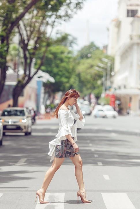 Hari Won vai trần đẹp mộng mơ trên phố