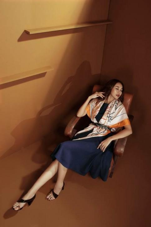 Siêu mẫu Thanh Hằng sang chảnh với muôn kiểu khăn thu
