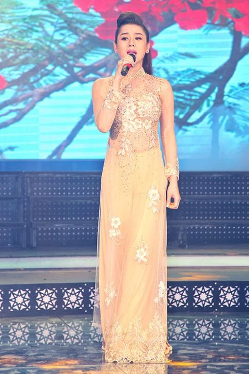 Mặc scandal, Lâm Chi Khanh vẫn duyên dáng áo dài đi hát