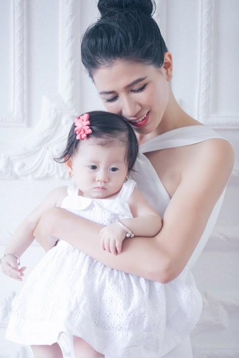 Trang Trần xinh đẹp bên con gái 7 tháng tuổi