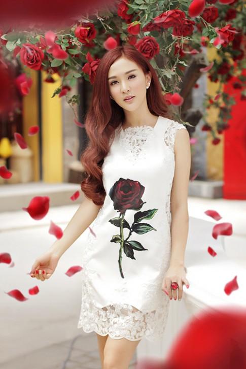 Hot girl Kelly mặc váy in hoa hồng giống của Docle