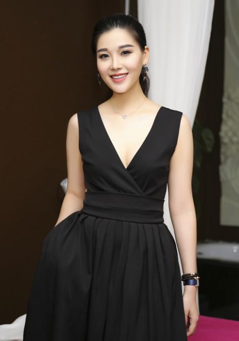 Trang Nhung diện váy đen khoe làn da trắng sứ