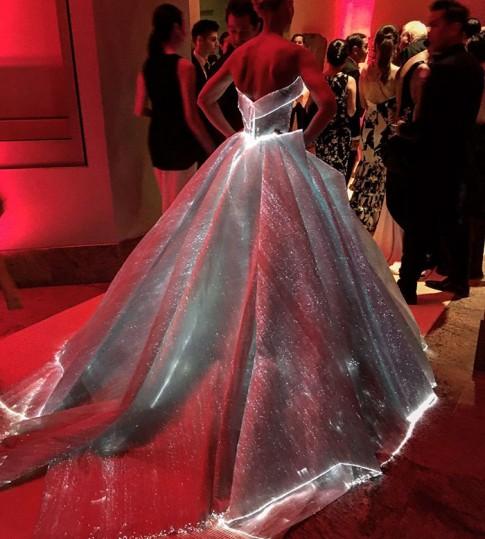 "Váy hot nhất tuần: Đầm phát sáng ở ""Oscar thời trang"""