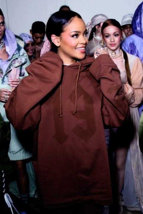 """6 điều chứng tỏ thời trang phải """"chạy theo"""" Rihanna"""