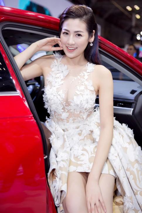 Á hậu Tú Anh lộng lẫy như thiên nga với váy trong suốt