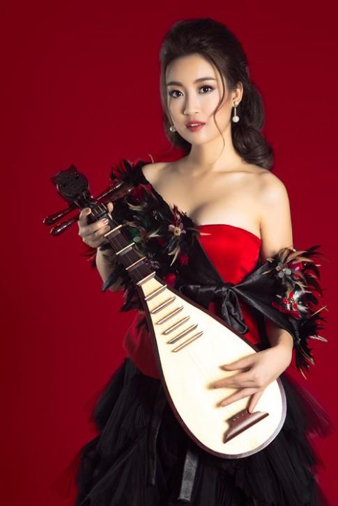 HH Mỹ Linh đẹp lạ với đầm cúp ngực ôm đàn tì bà