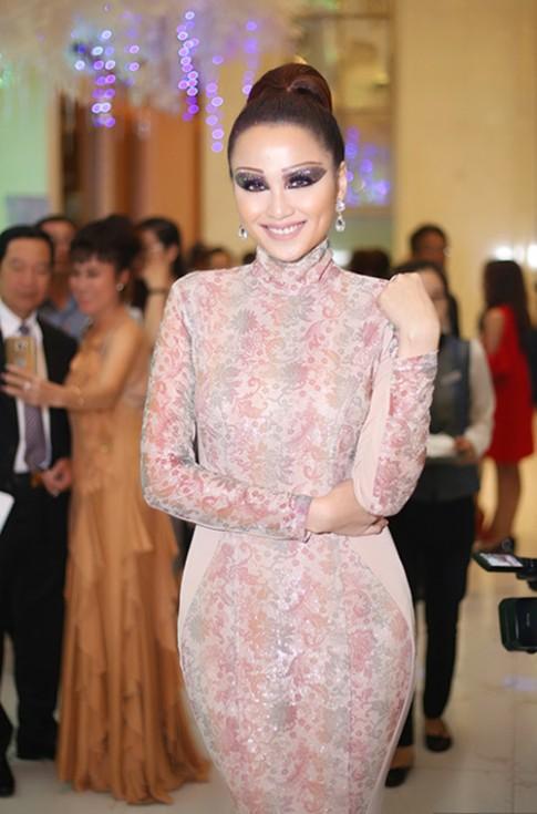 Hoa hậu Diễm Hương hóa ma nữ trên thảm đỏ