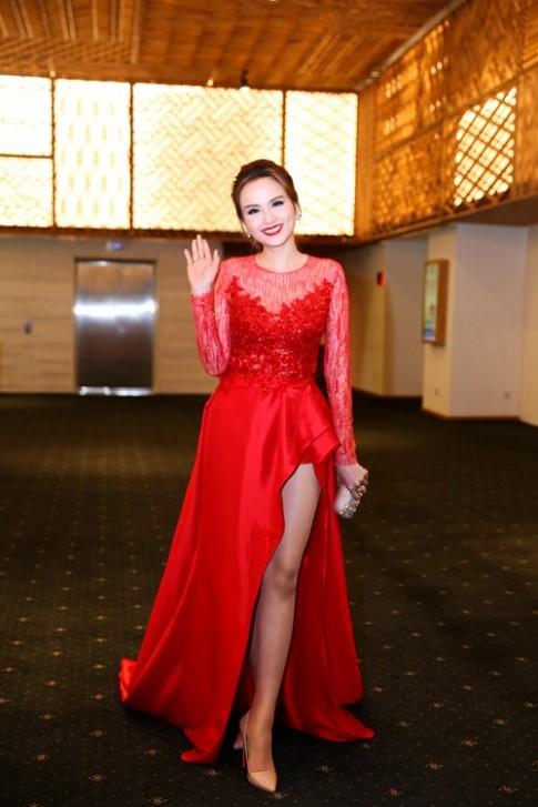 Hoa hậu Diễm Hương nổi bật khoe chân dài mướt mắt