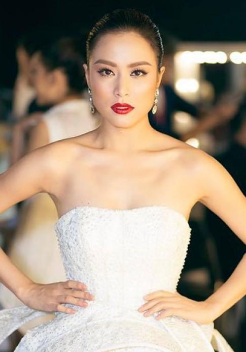 Hoàng Thùy Linh, Hương Giang Idol trang điểm đẹp với son đỏ