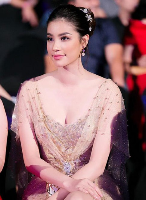Ngọc Trinh, Phạm Hương trang điểm đẹp nhất tuần đầu năm mới