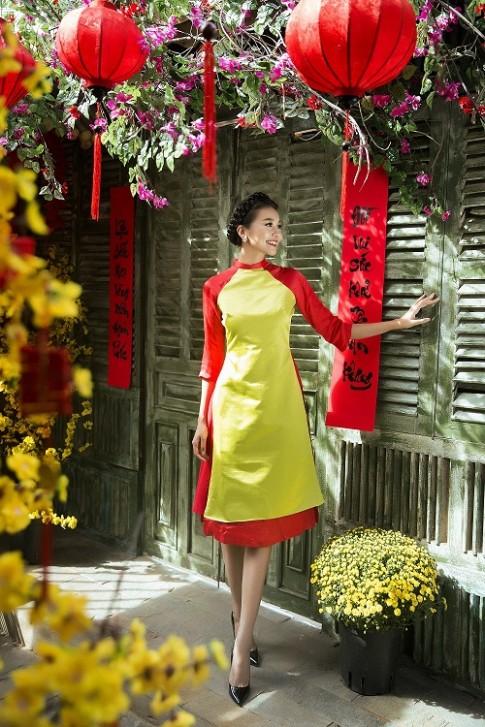 Thanh Hằng diện áo dài ngọt ngào sắc thắm bên vườn xuân