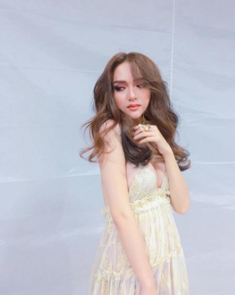 Hương Giang Idol hở quá táo bạo khiến fan phát sốt