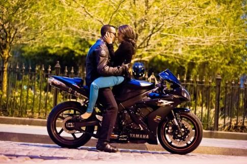 Hình ảnh ngọt ngào của các cặp đôi Biker bên cạnh xe mô tô