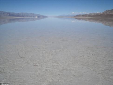 Hồ nước bất ngờ xuất hiện giữa thung lũng Chết