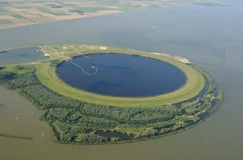 """Hồ nước """"trong đục, ngoài trong"""" kỳ lạ ở Hà Lan"""