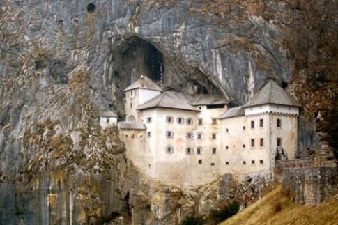 Lâu đài cổ bên hang động tuyệt đẹp ở Slovenia