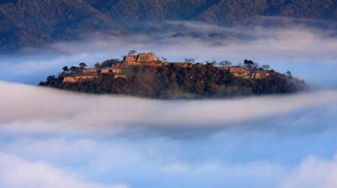 Lâu đài trong mây huyền bí ở Nhật Bản