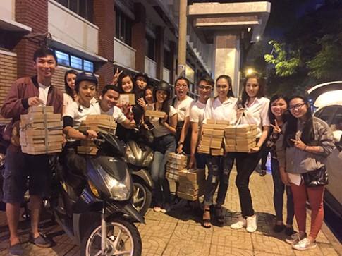 Nửa đêm, team Lan Khuê đi tặng bánh trung thu cho trẻ cơ nhỡ