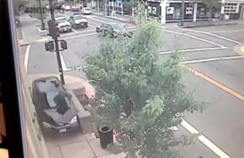 Ôtô mất lái chạy lùi như tên bắn