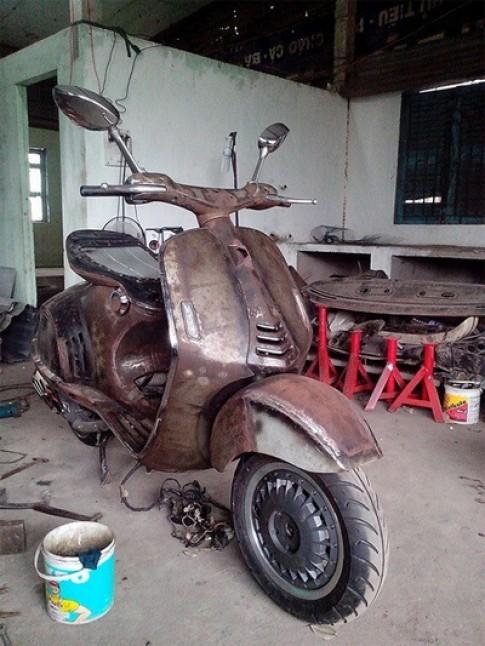 Siêu xe tay ga Vespa 946 gò từ tôn ở Sài Gòn