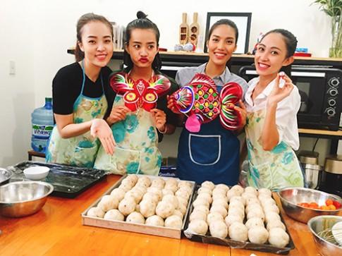 Team Lan Khuê làm bánh trung thu tặng trẻ em nghèo