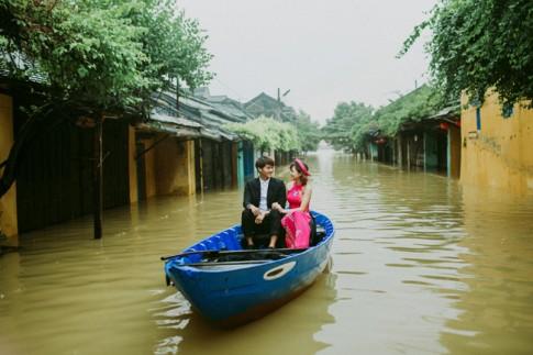 Giữa Hội An mênh mông nước lũ, cặp đôi này vẫn có một bộ ảnh cưới để đời