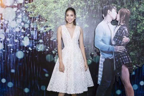 Phạm Hương quyến rũ với đầm xẻ ngực táo bạo tại họp báo phim