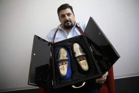 Phát hờn đôi giày thêu vàng hơn nửa tỷ chỉ ship bằng máy bay