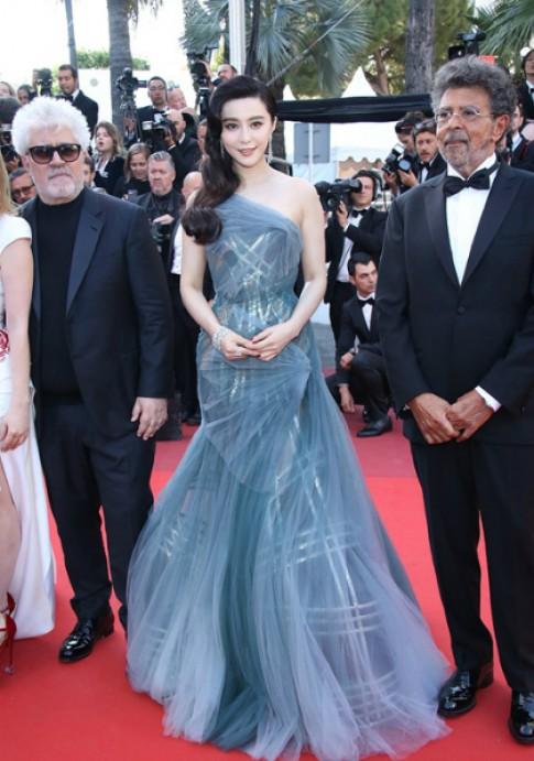 Sao thế giới tỏa sáng trên thảm đỏ Cannes với thiết kế Versace